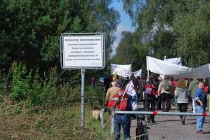 Militärgebiet betreten: Lebenslaute und ZuhörerInnen biegen vom Friedensweg auf den Truppenübungsplatz ab (Foto: Rosa Heide)