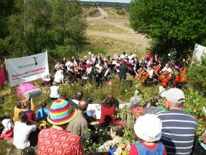 Antimilitaristisches Konzert mit Blick in die Heide (Foto: Lebenslaute)
